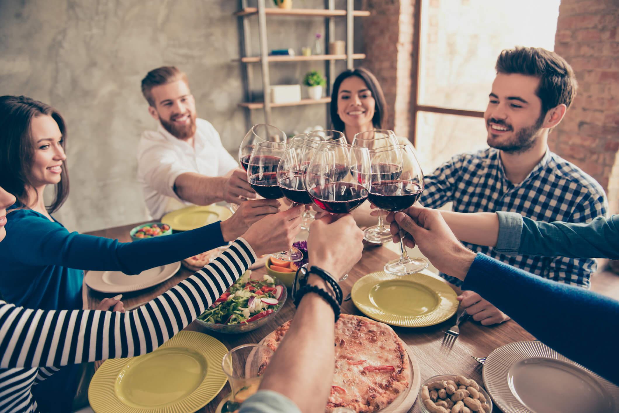 amigos fazendo uma noite de vinhos em casa